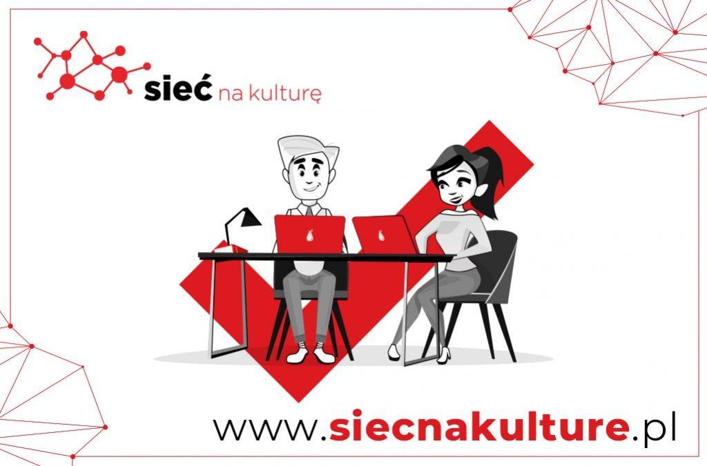 """plakat projektowy """"Sieć na kulturę"""", z lewej strony napis """"sieć a kulturę na białym tle kobieta i mężczyzna siedzący za biurkiemz laptopami na dole adres strony internetowej www.siecnakulture.pl"""